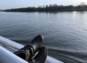 Voeten op de rand van boot